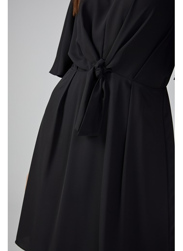 Gusto Kadın Kırmızı Önü Dökümlü Kolları Dökümlü Elbise 20KG009328 Siyah